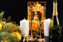 Verres de Champagne avec des décorations de Noël Image stock