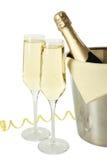 Verres de champagne avec la bouteille dans un seau sur le fond blanc Photos libres de droits