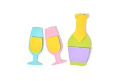 Verres de Champagne avec la bouteille sur le fond blanc Images libres de droits