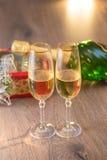 Verres de champagne avec le boîte-cadeau photo libre de droits