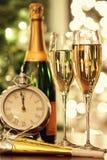 Verres de champagne avec le fond de fête Image stock