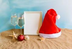 Verres de Champagne, boule de chrismas, chapeau de Santa et cadre photos stock