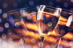 Verres de champagne délicieux sur de fête Photos stock