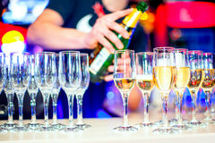 Verres de champagne dans une boîte de nuit au fond avant de barre Photo stock