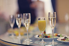 Verres de champagne de jus de portion de restaurant Photo libre de droits