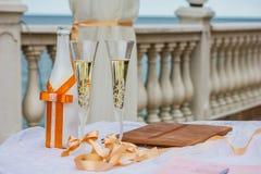 Verres de Champagne de mariage. Épouser - célébration de l'amour Photographie stock libre de droits