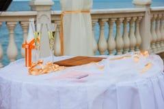 Verres de Champagne de mariage. Épouser - célébration de l'amour Images stock