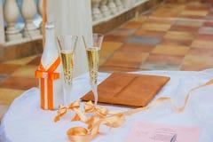 Verres de Champagne de mariage. Épouser - célébration de l'amour Image libre de droits