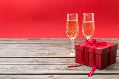 Verres de Champagne et boîte-cadeau rouge Photographie stock libre de droits