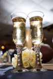 Verres de Champagne et roses blanches Photographie stock