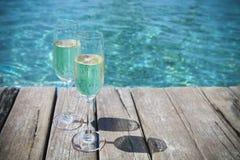 Verres de Champagne par la piscine Images libres de droits