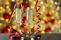 Verres de champagne pour des célébrations avec le bokeh abstrait Photo stock