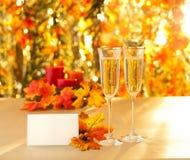 Verres de Champagne pour la réception devant le fond d'automne Image libre de droits