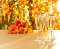 Verres de Champagne pour la réception devant le fond d'automne Images libres de droits
