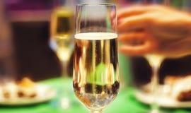 Verres de champagne sautant Image libre de droits