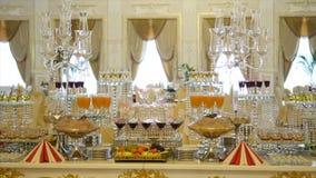 Verres de champagne de scintillement et de casse-croûte délicieux sur une table de buffet clips vidéos