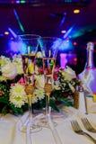 Verres de Champagne sur la table de salle à manger dans le restaurant Photographie stock libre de droits