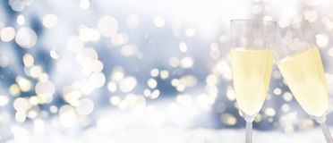 Verres de Champagne sur le fond d'hiver photographie stock libre de droits