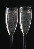 Verres de Champagne sur le fond noir Images stock