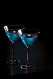 Verres de cocktail bleu frais avec de la glace sur la table de barre Image stock