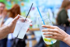 Verres de cocktail de limonade avec la paille Images stock