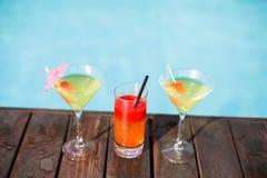 Verres de cocktail sur la plate-forme en bois Photos libres de droits