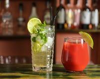 Verres de cocktails délicieux avec de la glace photos stock