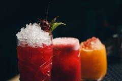 Verres de cocktails sur le fond de barre Images stock