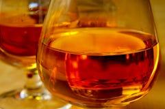 Verres de cognac avec l'eau-de-vie fine Photographie stock