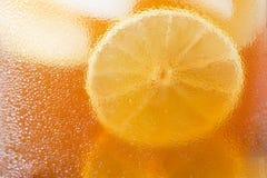 Verres de condensation glacée de thé et d'eau Photo stock