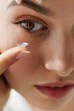 Verres de contact de vision Plan rapproché avec le beau visage de femme photo libre de droits