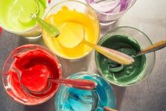 Verres de divers colorant alimentaire photo stock