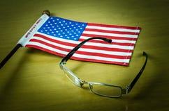 Verres de drapeau des Etats-Unis sur le fond en bois de table Images libres de droits