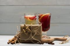 Verres de glintwein ou de vin chaud chauffé Images stock