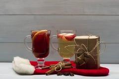 Verres de glintwein ou de vin chaud chauffé Images libres de droits