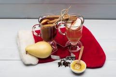 Verres de glintwein ou de vin chaud chauffé Image stock