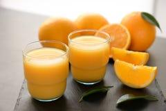 Verres de jus d'orange frais Photo stock