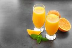 Verres de jus d'orange frais Photos stock