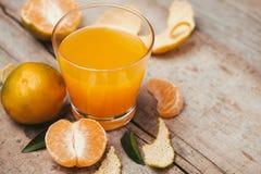 Verres de jus d'orange de mandarines et de fruits, haute vitamine C photo stock