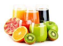 Verres de jus de fruit assortis sur le blanc Régime de Detox Photo stock