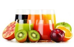 Verres de jus de fruit assortis sur le blanc Régime de Detox Image libre de droits