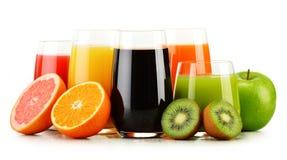 Verres de jus de fruit assortis sur le blanc Régime de Detox Images stock