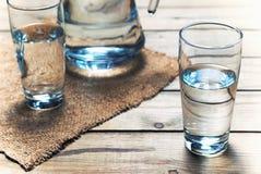 Verres de l'eau sur la table en bois Foyer sélectif Image libre de droits