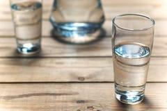 Verres de l'eau sur la table en bois Foyer sélectif Photos libres de droits