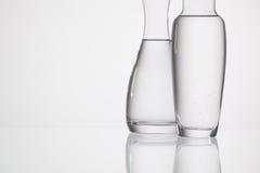 Verres de l'eau sur la table en verre Photo stock
