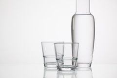 Verres de l'eau sur la table en verre Photos libres de droits