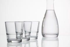 Verres de l'eau sur la table en verre Image libre de droits