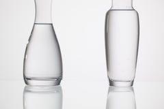 Verres de l'eau sur la table en verre Image stock