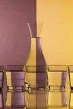 Verres de l'eau sur le bureau en verre Photographie stock