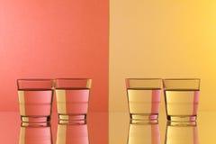 Verres de l'eau sur le bureau en verre Images libres de droits